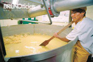 El agua con cal o nejayote usada en el proceso es altamente contaminante