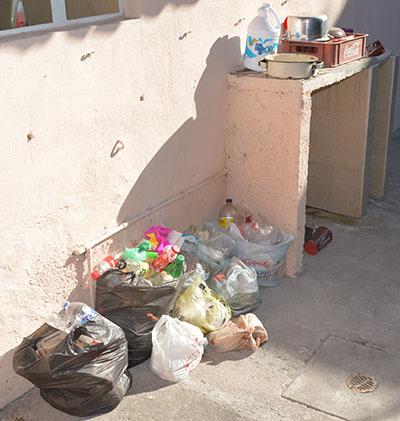 Lleno de basura y sin pagar renta dejaron la casa.