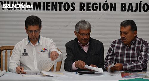 El Alcalde de Sixto Verduzco firma el convenio con Secretaría de Cultura.