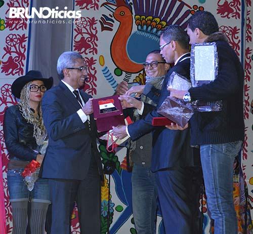 Susy, de sombrero y Tarek, primero a la derecha, reciben reconocimiento del Embajador de Egipto en México, Yasser Shaban.