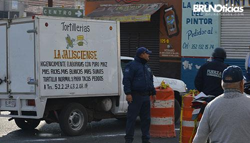 A fuerza se atravesó esta camioneta en el recorrido de los corredores.