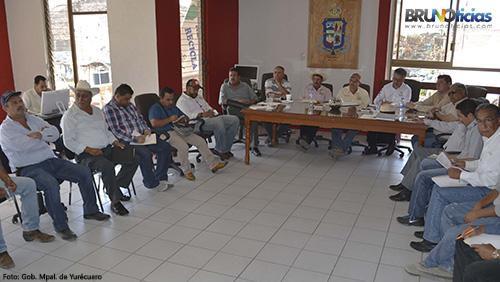 Productores y autoridades presentes para combatir la mosquita blanca.