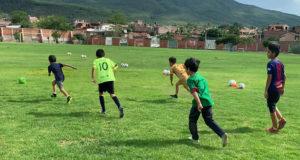 Alumnos de la Escuela Municipal de Futbol de Ecuandureo, Michoacán.