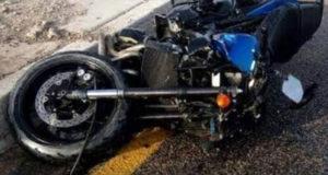 Menores moto uno muere
