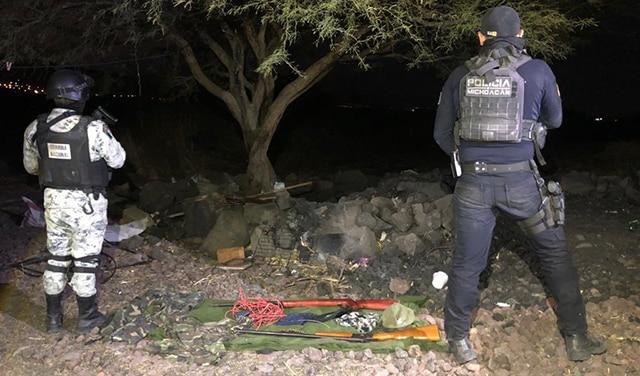Armas y equipo táctico asegurado en el campamento de La Piedad